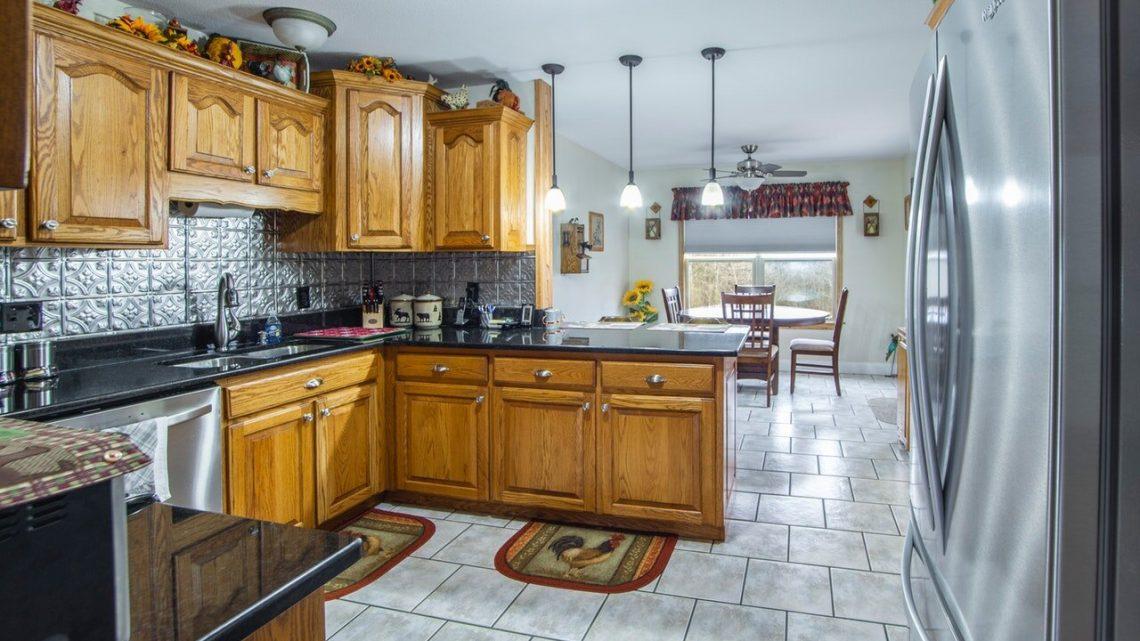 Glisser une poubelle coulissante dans la cuisine, une solution pratique !